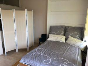 Blick in den Schlafbereich des Ferienappartements